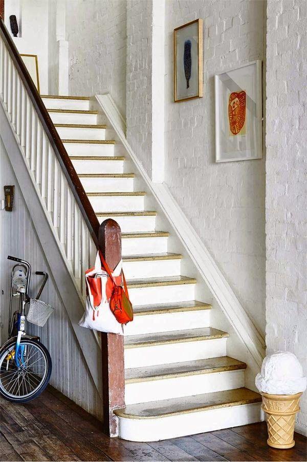 Cuando parte de los muebles de la cocina están hechos con el suelo de una cancha de baloncesto que aún conserva sus pegatinas de colores, está claro que la casa es poco, muy poco convencional. Pues esto es lo que sucede en el hogar de la artista australiana Saskia Folk. El baño, completamente abierto al …