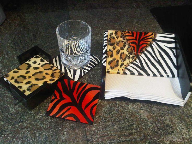 Apoya vasos y porta servilletas en MDF, animal print, pintado a mano de Carolina VP