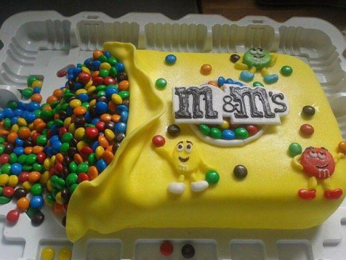hmmmm M&M taart. ziet er leuk uit, helaas geen recept. maar elk biscuitdeeg met jam-slagroomlaag kan als basis dienen.
