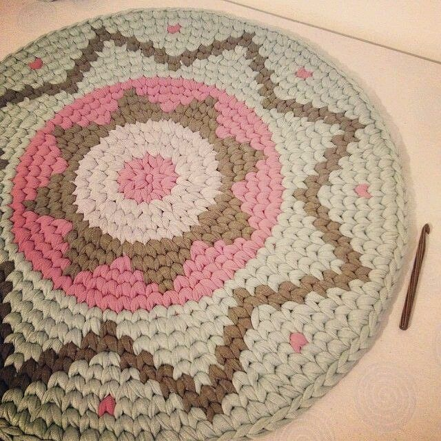 Preciosa alfombra de trapillo!!!! #manualidades #hechoamano #handmade #diy #craft #crafts #arte #crochet #yarn #crochetaddict #crocheting #crochetlove #ganchillo #instacrochet #crocheted #alfombra #mandala a #carpet #decoracion #trapillo #decoración #tshirtyarn #zpagetti #deco #decoration #inspiration #pinterest by diytotal