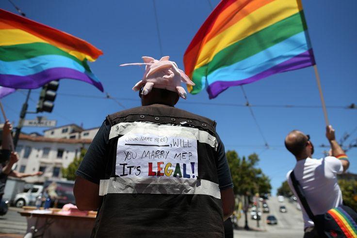 Süddeutsche Zeitung.de/Politik/  27. Juni 2013 / Gleichgeschlechtliche Ehe in den USA Homosexuelle feiern historisches Urteil/ http://www.sueddeutsche.de/politik/gleichgeschlechtliche-ehe-in-den-usa-homosexuelle-feiern-historisches-urteil-1.1706913