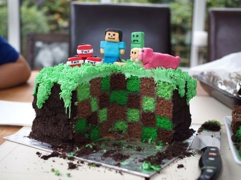 This has to be one of my favourite cakes to date. I was asked to do a Minecraft cake for my cousin who is Minecraft mad. I had never even heard of Minecraft so I had to do a little bit of research…