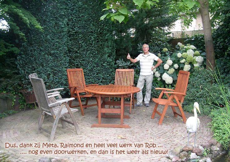 Een heel mooi voorbeeld van wat mogelijk is, links is nog één oude stoel te zien, zo was dus de hele tuinset! Het is even werk, maar reinigen met Hardhoutreiniger en vervolgens behandelen met E-OFF geeft weer een nieuw resultaat.