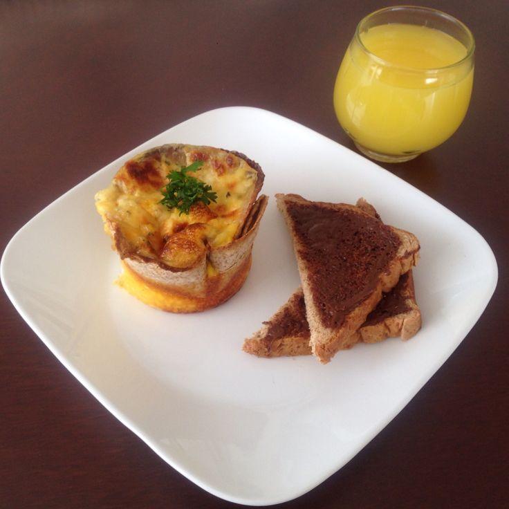 Tortilla en forma de canasta con huevos revueltos, jamón, queso, hogao y tostadas con nutella.