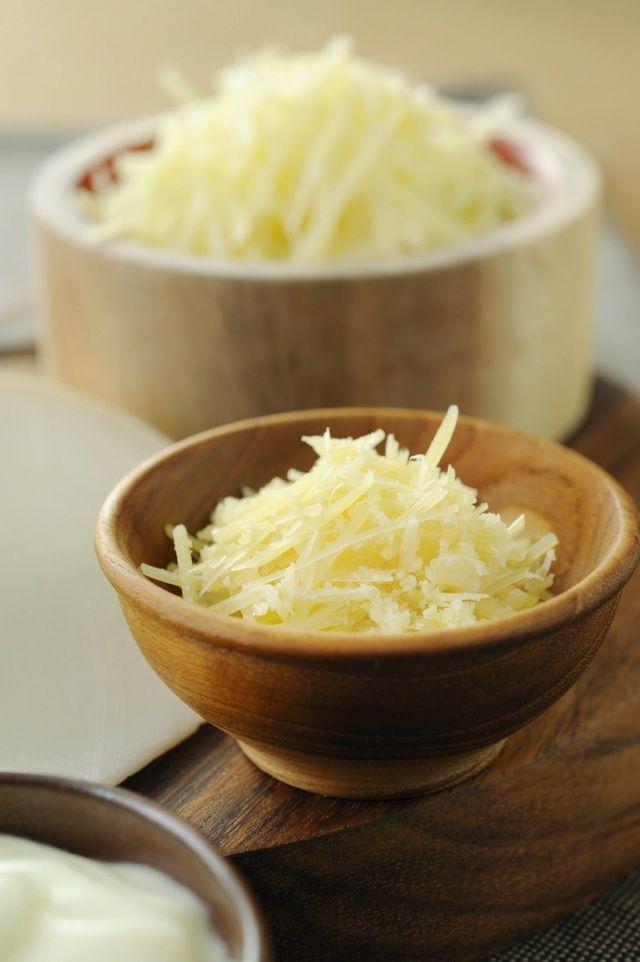 http://macaro-ni.jp/27043 用意するもの 酢しょうがに使う材料は、お酢(100㏄)、しょうが(100g)、はちみつ(20g)だけ。そのほか、大きな口の保存容器を用意しておけば、準備OKです。 使用するお酢は、米酢や黒酢などお好みの種類でかまいません。ただ、ミネラルやアミノ酸を豊富に含む黒酢は、特におすすめといえますね。 作り方【その①】 しょうがは皮ごと使います。よく洗ったら、1ミリ幅程度に薄くスライスしたり、みじん切りにしたり、すりおろして、保存容器に入れます。 【その②】 ①のなかに、お酢を並々と注ぎます。 【その③】 最後にはちみつを加え、一晩浸けたら出来上がりです。