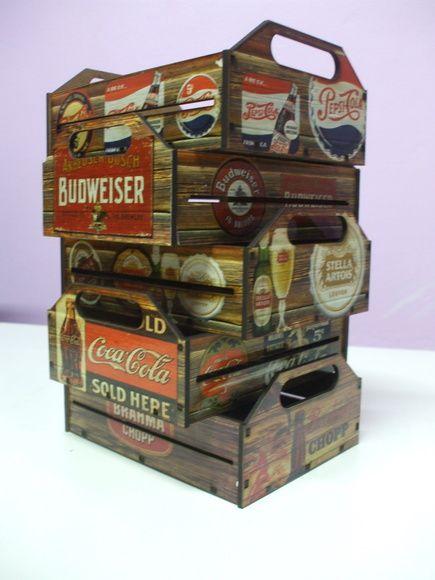 Lindas caixas de MDF personalizadas com diversos modelos dentros os quais: Coca-Cola, Pepsi, Budweiser, Jack Daniels, Brahma, Heineken, Duff Beer entre outros...  Serve como um enfeite ou porta objetos para o seu bar, ou mesmo para decorar seu quarto, sala ou escritório.  Medidas 16x12x7cm.    Ob...