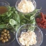 Sałatka ze szpinakiem, suszonymi pomidorami i płatkami migdałowymi