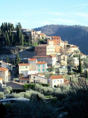 #Coaraze : un #village de l'arrière-pays niçois : Avec ses ruelles pavées et ses façades colorées baignées de soleil, Coaraze est l'un des villages les plus pittoresques de l'arrière-pays niçois. Cette commune où l'on peut admirer des cadrans solaires de Jean Cocteau et Ponce de Léon fait partie des plus beaux villages de France.