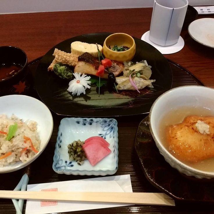 国内の旅行先として人気の古都「京都」。金閣寺や清水寺といった歴史ある観光地は欠かせませんが、せっかくならグルメも堪能したいですよね。特にランチは計画的にお店を決めておきたいところ。今回は京都でおいしいランチのお店を21店舗紹介します。 (8ページ目)