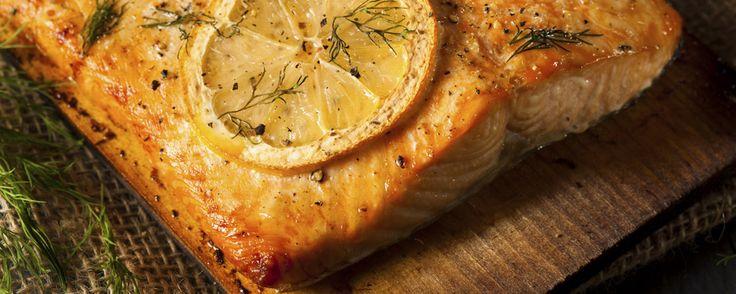 Grillierter Lachs auf Zedernholzbrett | Coop – Jetzt chame grilliere!