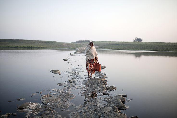 In circostanze normali, l'immagine di una donna che cammina sull'acqua provocherebbe stupore. Ma in questo caso, scatena qualcosa che somiglia di più all'orrore.     È               una delle scene immortalate dal fotografo italiano  Giulio Di Sturco  nella su