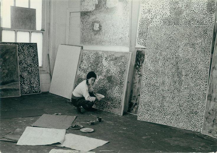 Yayoi Kusama in her New York studio, c.1958–59 / Photograph: Ota Fine Arts, Tokyo / © Yayoi Kusama, Yayoi Kusama Studio Inc. via