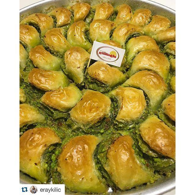 """Bu da olduEve girdiğimde bir de ne göreyim; @gulluoglu 'nun 6. kuşak patronu, çok değerli & sevgili dostum @muratgullu bana taaa Gaziantep'lerden bir tepsi baklava göndermiş, tepsideki diziliminden ötürü şık bir görüntüsü olan ve içerisinde bulunan gerçek kaymak + ilave pudra şekeri ile bir @instagram yarışması sonucu ismi konulan baklavamıza """"Mihrimah"""" adını vermişler  YE-RİM ve en kısa zamanda Gaziantep'e GE-Lİ-RİM✈️✌️ #Gulluoglu #mihrimah"""