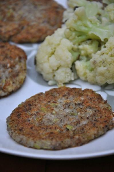 Este hambúrguer vegano é fácil e rápido de fazer. O gosto é atrativo (por conta da batata) e as crianças, que não são muito fãs de cogumelos, comeram tudo e pediram mais várias vezes. A consistência não é das mais firmes. Ele fica entre um brown hash potatoe e um hambúrguer, mas é verdadeiramente delicioso!