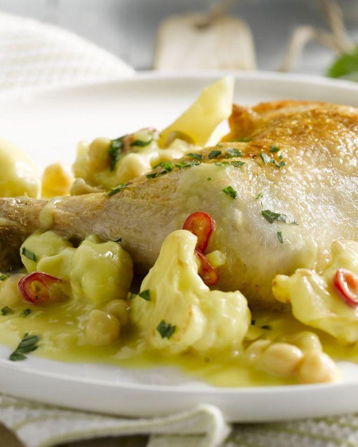 Een heerlijk Oosters geïnspireerd gerecht met krokant gebakken kippenbouten met daarbij een curry met bloemkool en rijst. Dit moet je proberen!