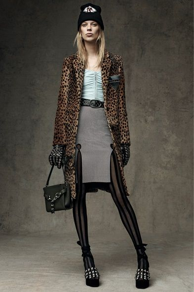 Take a look to Alexander Wang Pre-Fall 2016-17collection: the fashion accessories and outfits seen on New York runaways.