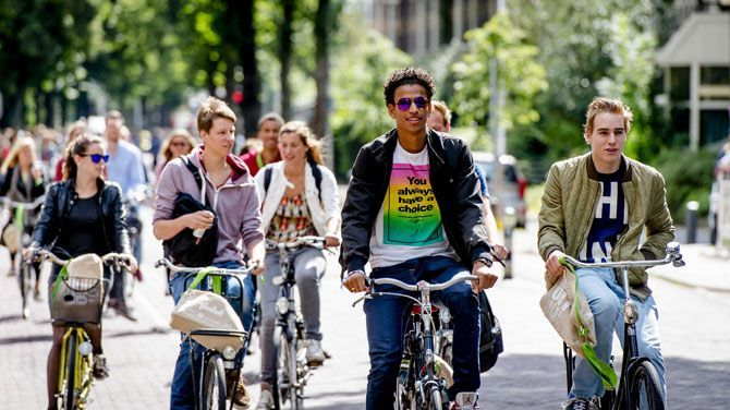 Nederland schrapt studiebeurzen voor studenten hoger onderwijs. De Nederlandse Eerste Kamer heeft ingestemd met een nieuw stelsel voor studiefinanciering. Vanaf volgend jaar vervalt de basisbeurs en zullen de meeste studenten dus moeten lenen om hun studie te betalen.