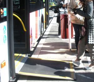 Particolare di un autobus del servizio urbano di trasporto pubblico a cui si accede mediante una rampa. #Accessibilità
