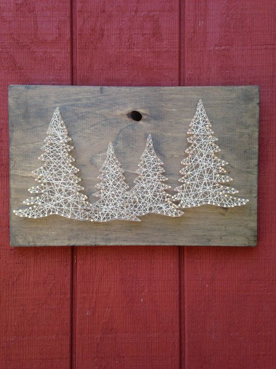 Diese vier Baum Zeichenfolge Kunst ist Hand aufgereiht mit Schnur an verwitterten grob geschnittenen Holzbretter. Die Abmessungen sind ca. 11 von 18 Zoll. Aufgrund der Beschaffenheit des Holzes jedes Stück ist einzigartig und von was Sie auf dem Bild sehen abweichen aber unseres Erachtens dadurch jede Bestellung ein reales Vierling. Bitte beachten Sie, dass diese Boards NICHT mit einem Loch im Brett kommen werden (das Beispielfoto beinhaltet ein Brett mit einem Loch drin).  Diese Boards sind…