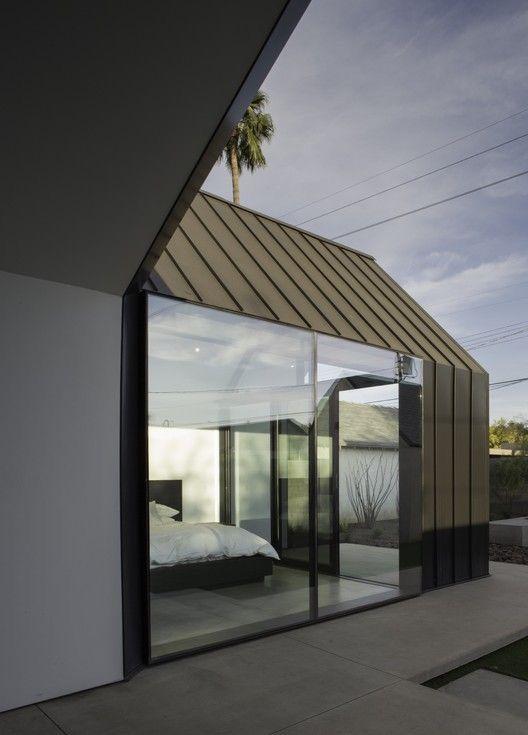Uitbouw met strakke detaillering, zinken dak en aluminium minimale kozijnen