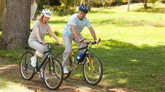 Abnehmen mit Radfahren ist besonders für ältere Menschen geeignet, da es die Gelenke schont. (Quelle: Thinkstock by Getty-Images)