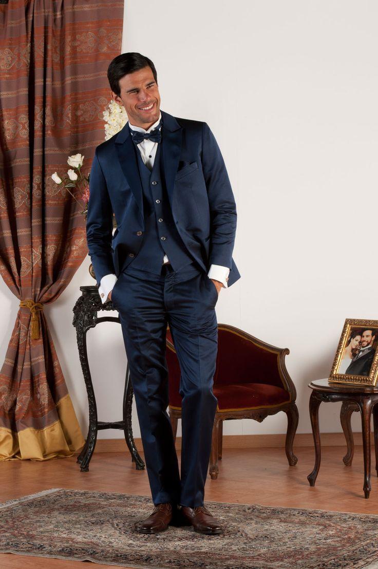 AIDEN Abito sartoriale realizzato in pura lana e seta blu con revers a  lancia in lucente raso blu di seta, tasche a doppio filetto con profili in raso  di ...