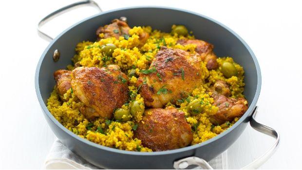 Jídla z jednoho hrnce jsou vděčná na přípravu. Jejich výhodou je ale i to, že všechny suroviny se vzájemně propojí a jídlo pak chutná báječně... Jako třeba toto Indií inspirované kuře s kuskusem.