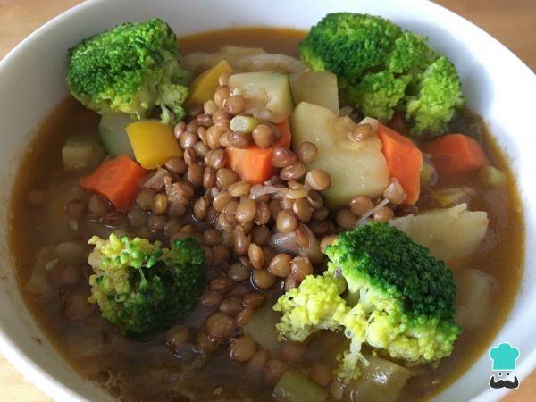 Aprende a preparar lentejas con verduras veganas con esta rica y fácil receta. Las lentejas con verduras tienen todo el sabor de un guiso tradicional y están...
