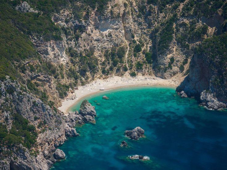 Το νησί των Φαιάκων διαθέτει δαντελωτές ακτές με σμαραγδένια νερά, για ατέλειωτο κολύμπι και παιχνίδια στη θάλασσα