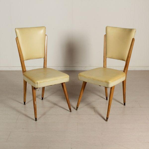 Coppia di sedie; imbottitura in espanso, rivestimento in skai, legno di faggio.