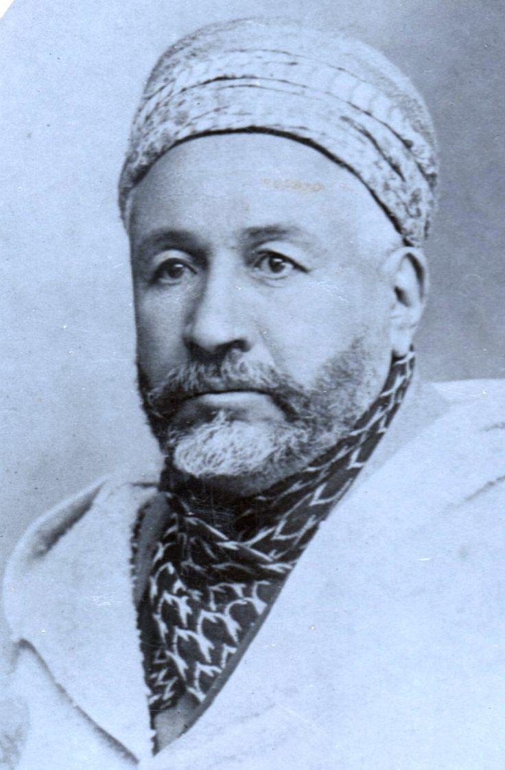 Le cheikh El Bachir El Ibrahimi né à Ras el Oued à 50 klm au sud-ouest de la ville de Sétif dans le village de Ouled Brahim où il a étudié Ensuite il rejoint sa famille à Médine qui était installée depuis 4 ans il y est resté 5 ans à se cultiver grâce aux savants aux livres des bibliothèques de Médine ensuite il est allé à Damas en 1912 il a enseigné à l'école Sultane pendant des années puis revient en Algérie créé avec son compagnon cheikh Ben Badis l'association des oulémas musulmans…