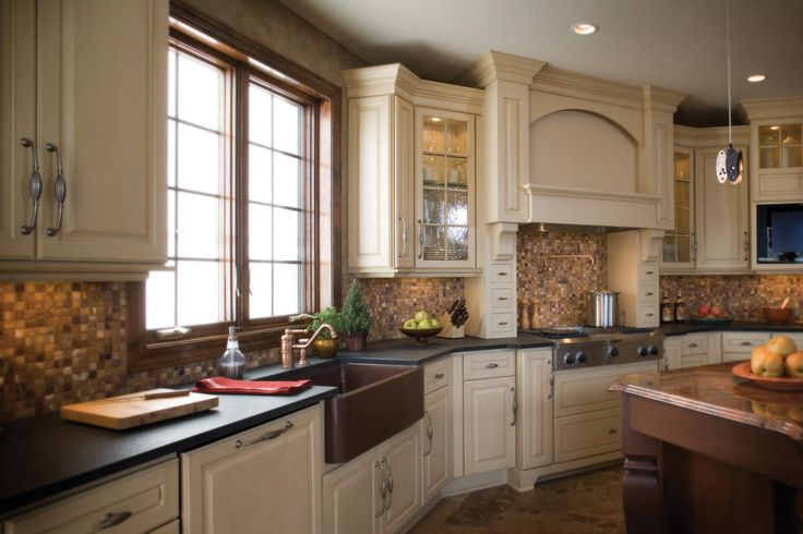 Antique white kitchens are very attractive and popular because they always look so elegant and unique. In this article we have a bunch of interesting white kitchens that are set in different layouts and designs to make sure that they appeal to every taste. These antique white kitchen cabinets never go out of style.