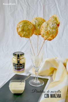 Piruletas de morcilla con manzana y salsa de mostaza al vino...
