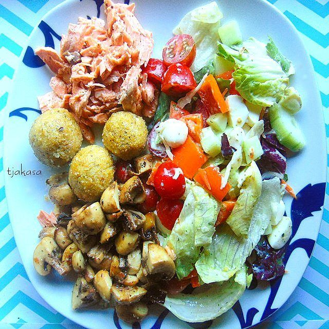 Mixed salad with pulled salmon, falafel and grilled mushrooms  🇩🇪 Bunt gemischter Salat mit pulled Lachs, Falafel und gegrillten Champignons. 👌😍🍴   #tjakasakocht #salat #abendessen #dinner #salad #falafel #fastfood #healthyfood #gesund #lecker #essen #yummy #foodporn #lowcarb #lowfat #blogger #healthyeat #fitnesslifestyle #foodshare #veggiefood #leckerschmecker #hunger #rezept #hungry #lowfat #mozzarella #kochen