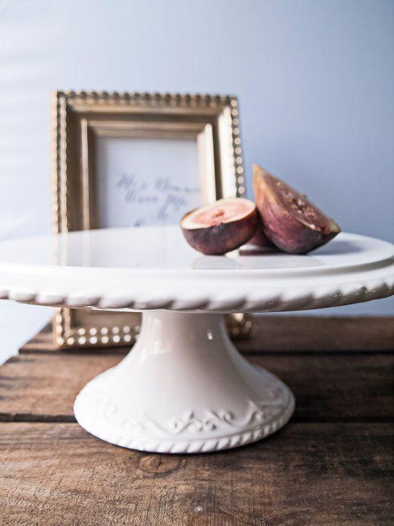 Weiße Keramik Kuchen Stand 11 Jahrgang von WeddingBoxWhatNots