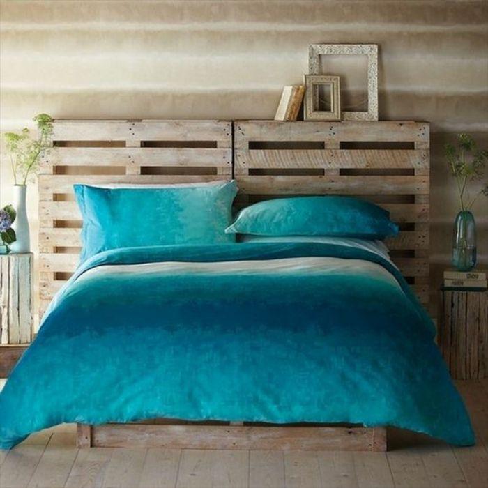 lit en palette, style vintage, tête de lit palette, linge de lit bleu