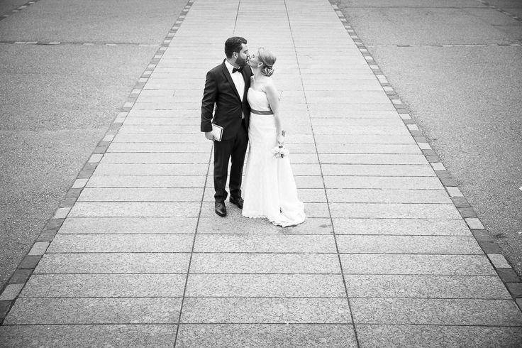 Hääpari Helsingin Tuomiokirkon pihalla / Wedding couple kissing