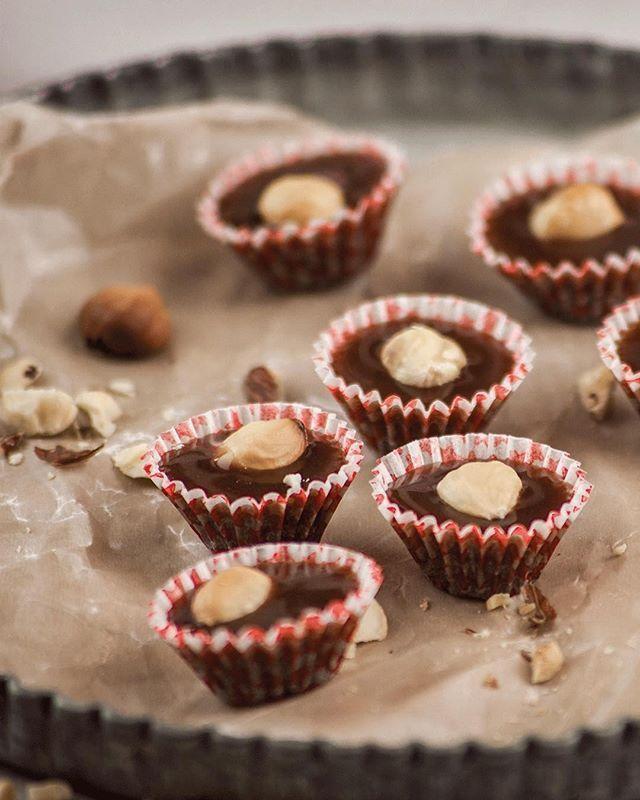 Vi laddar för fullt inför advent på söndag! Vem vill ha seg kolaknäck med nutella? SÅ HÄR GÖR DU: Blanda 3dl grädde, 2dl sirap, 2dl socker, 50g smör i tjockbottnad kastrull. Koka 15min på medelvärme. Vispa ner 1.5dl nutella och koka i ytterligare 5min. Gör kulprovet när du är nöjd med konsistensen så häller du smeten i knäckformar och toppar varje kolaknäck med en rostad hasselnöt. #kolaknäck #nutella #knäck #advent #julgodis #santamariasverige