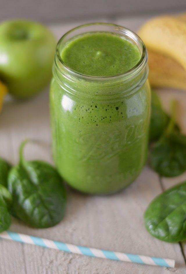 Wie wist dat een groene smoothie zó ontzettend lekker kon zijn?! Extra veel vitamientjes en ook nog eens binnen no-time klaar. Lekker met spinazie, banaan & groene appel.