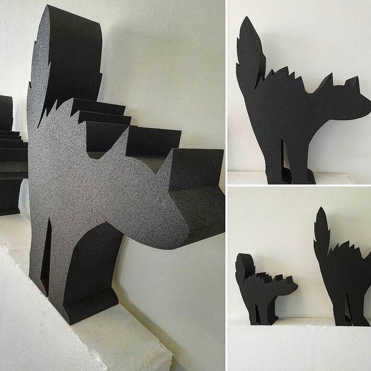 Per #halloween la #notte più #paurosa dell'anno ecco i nostri #gatti realizzati per l #allestimento dei punti vendita di Dorelan. #polistirolo #verniciato #adigital #pesaro #vetrine #cat #cats #black