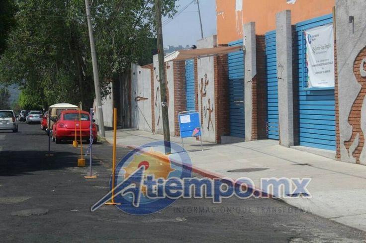 En la calle Batalla de Cerro Gordo, de la colonia Chapultepec Norte, el personal de la institución coloca tubos y varillas para impedir que se estacionen vehículos frente al plantel ...