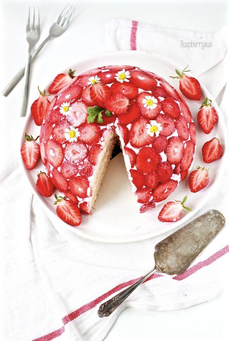 Ihr Lieben,mit dieser Kuppeltorte habe ich mir mal wieder ein richtiges Backträumchen erfüllt. Genau so eine Torte schwebte mir schon lange vor. Und jetzt, da es endlich auch süße, rote Erdbeeren …