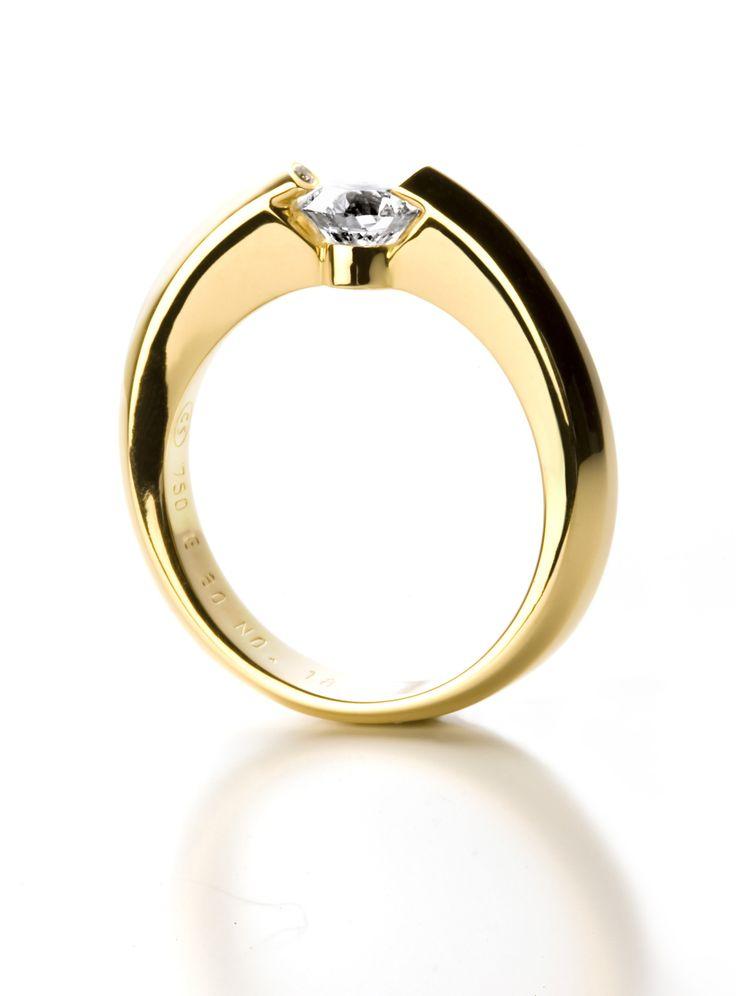 anillo de compromiso en oro amarillo con diseño contemporáneo