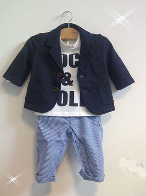 T-shirt e giacchina in felpa Babe&Tess... pantaloncini rigati Petit Bateau.  http://www.cocochic.it/it/bambino/689-giacca-blu.html www.cocochic.it/…/bambino/687-t-shirt-millerighe-indigo-e-e…  http://www.cocochic.it/it/baby/523-pantaloni-a-righe.html