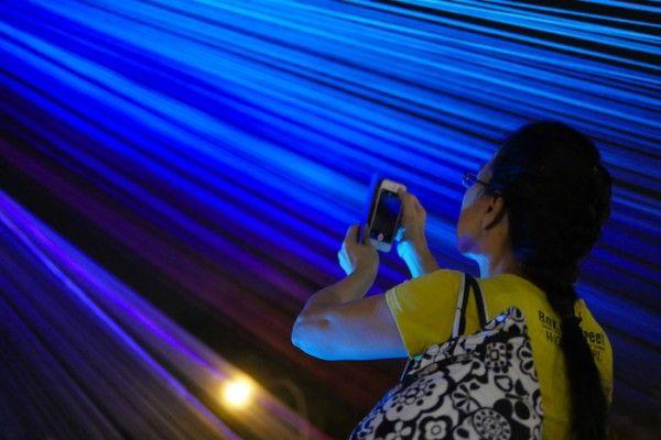Nous avons le plaisir de vous présenter cette installation baptisée « CYANEA » du collectif Cumulus lors du Singapore Night Festival 2014.  Cyanea est une installation inspirée de la méduse Cyanea capillata, l'une des plus grandes méduses du monde. Le terme Cyanea est un mot latin utilisé pour définir les nouvelles espèces de méduses. Le son, la lumière et la fumée qui sortent de l'installation donnent à voir une immense structure organique prenant vie à travers le vent et le passage des…