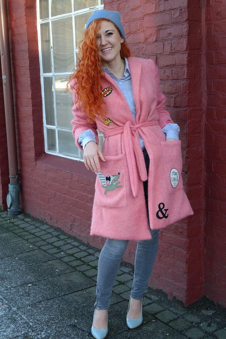Różowy płaszcz z naszywkami