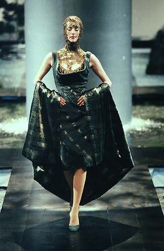 Alexander McQueen Spring 1998. Những bộ thiết kế của ông mang tính trừu tượng cao. Không hổ danh là nhà thiết kế thiên tài của thế kỷ 20