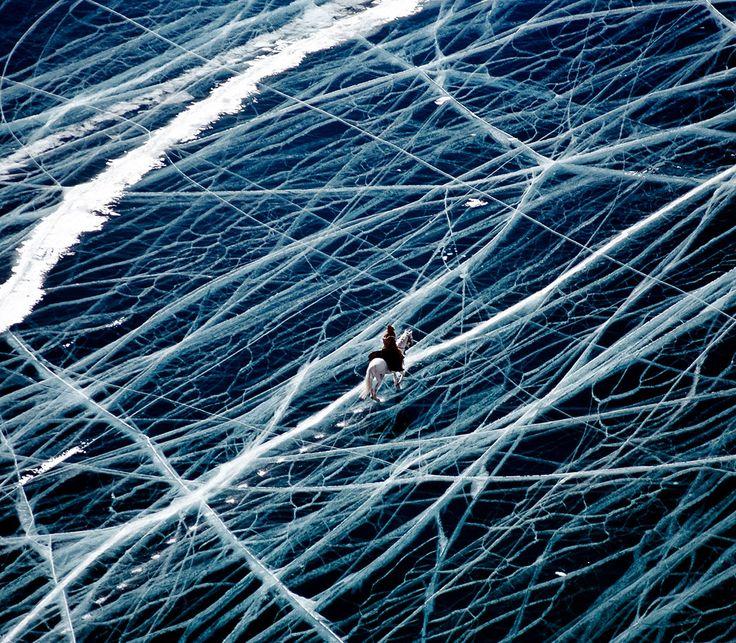 Cette semaine, SooCurious vous emmène dans les contrées éloignées de la Sibérie. Capturé par Matthieu Paley, cet incroyable cliché a été pris au-dessus du lac Baïkal, en plein hiver. On peut y observer un cavalier s'ave...
