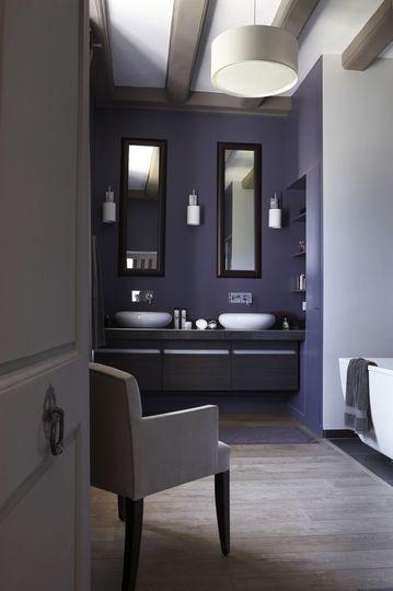 Une touche violette dans cette salle de bains de manoir