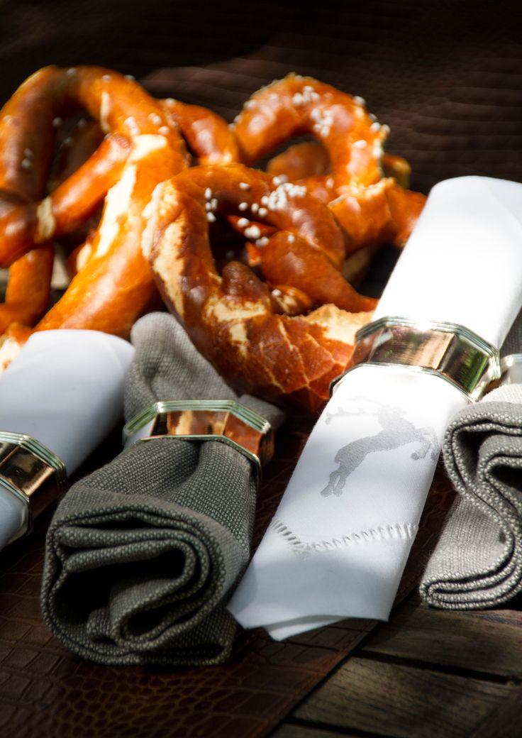 Edle Leinenservietten, handbestickt und und mit einem feinen versilberten Serviettenring versehen verschönern jede Tafel.